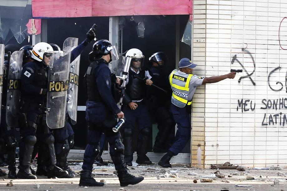 """PM com arma de fogo em frente ao Ministério da Agricultura - Manifestantes de centrais sindicais e movimentos sociais realizam marcha, chamada de """"Ocupa Brasília"""", nesta quarta-feira (24), na capital federal."""