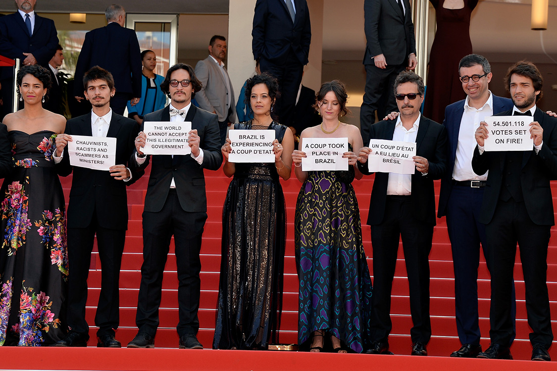 Elenco de Aquarius protesta contra o Impeachment da presidente Dilma no tapete vermelho do 69° Festival Cannes de cinema, em 2016