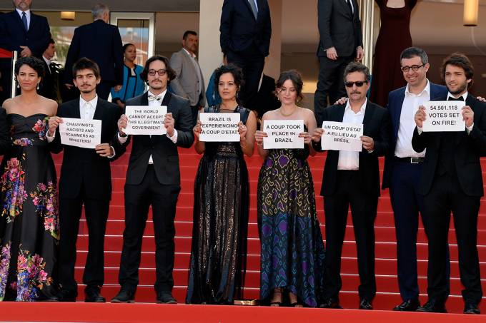 Elenco de Aquarius protesta contra Impeachment no Festival Cannes 2016
