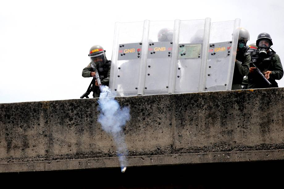 Polícia joga bombas de gás lacrimogêneo em manifestantes durante protesto da oposição ao Presidente Nicolás Maduro em Caracas, na Venezuela - 03/05/2017