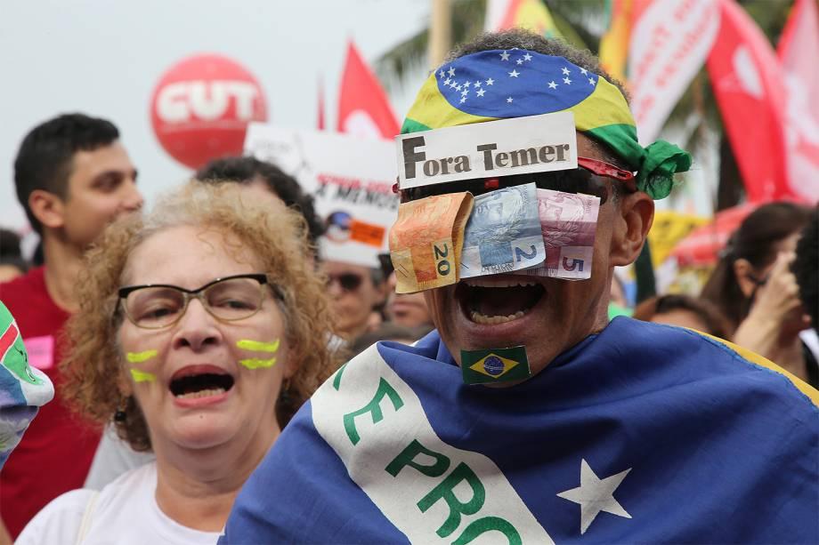 Manifestantes fazem ato pelas Diretas Já, na praia de Copacabana, zona sul do Rio de Janeiro - 28/05/2017