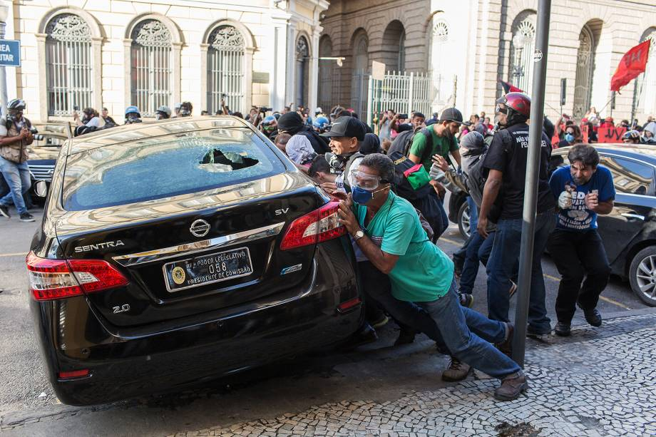 Manifestantes e a Polícia Militar entram em confronto durante protestos na Alerj. Servidores de diversas categorias protestam contra o aumento da contribuição previdenciária, próximo à Assembleia Legislativa do Rio (Alerj) - 24/05/2017