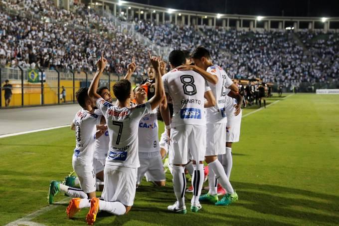 Jogadores do Santos comemoram gol contra o Santa Fé, no Pacaembu