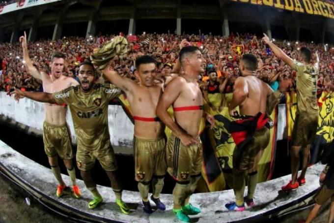 Jogadores do Sport celebram vitória histórica sobre o Santa Cruz, no Arruda