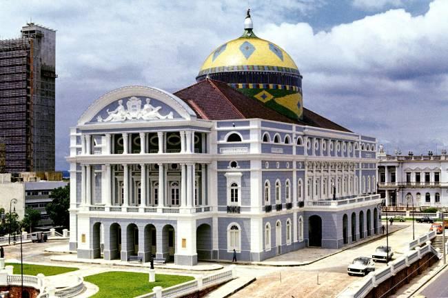 Foto história mostra o Teatro Amazonas com pintura cinza-azulado