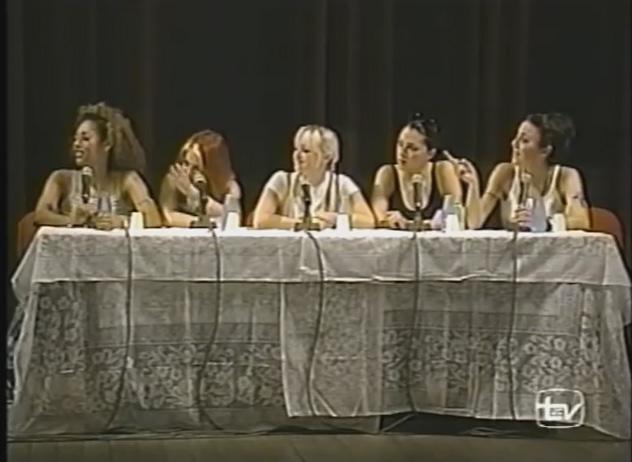 Em 1997, as britânicas do Spice Girls visitaram a cidade de Manaus em umapromoção da Virgin Records International<span>–</span> o grupo viajou com 55 fãs dediversos países. Elas fizeramuma entrevista coletiva e cantaram na varanda do Teatro Amazonas