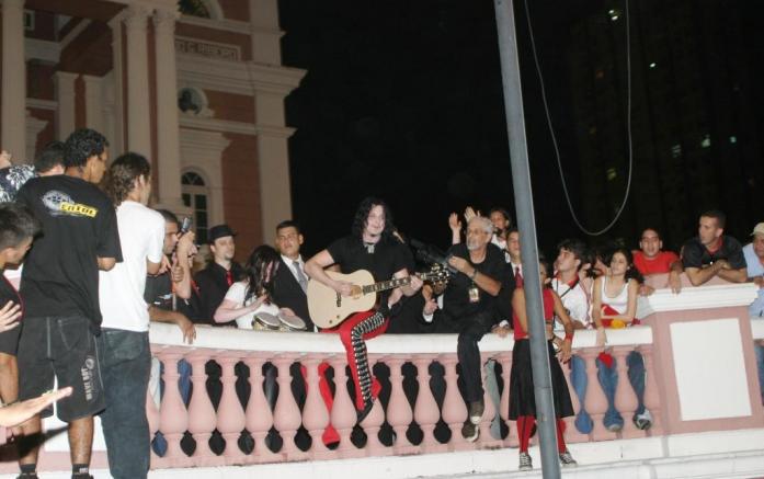 A primeira banda de rock a se apresentar no Teatro foi a norteamericana The White Stripes, em 2005. O show deu origem ao DVD e ao álbum duplo<em>Under Amazonian Lights</em>, lançados em 2015
