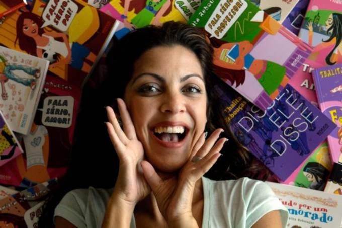 A escritora Thalita Rebouças posando sobre alguns de seus livros