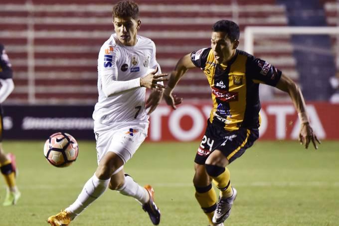 Disputa de bola na partida entre The Strongest e Santos pela Copa Libertadores, na Bolívia