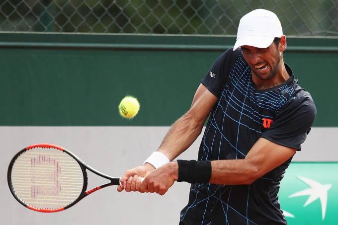 Thomaz Belucci durante partida contra o servo Dusan Lajovic, no primeiro dia de Roland Garros