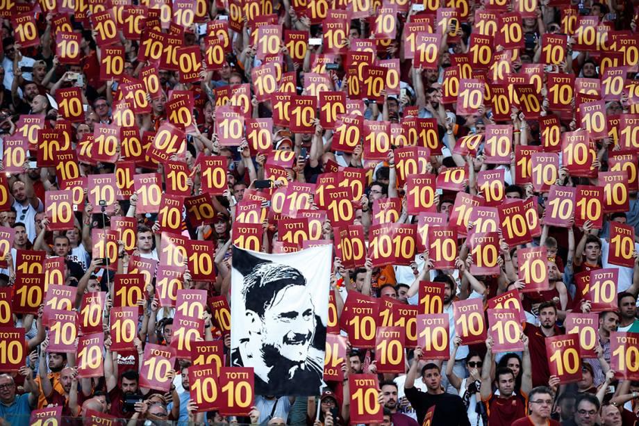 Torcedores da Roma fazem homenagem ao jogador Francesco Totti em sua despedida do clube