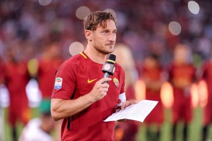 Francesco Totti lê carta de despedida em seu último jogo pela Roma
