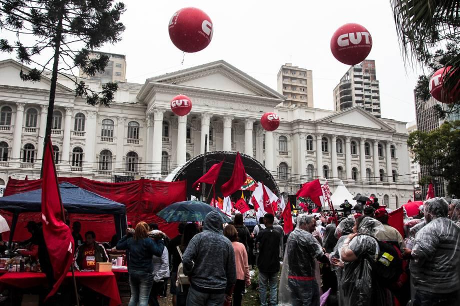 Manifestantes concentrados em apoio ao ex-presidente Lula em frente à Universidade Federal do Paraná (UFPR) em Curitiba (PR) - 10/05/2017