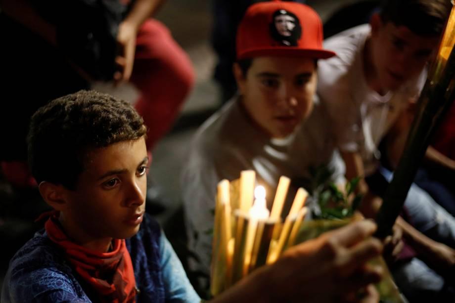 Manifestantes e membros do PT marcham com velas na mão a favor de Lula, antes do depoimento do ex-presidente à Lava Jato, em Curitiba