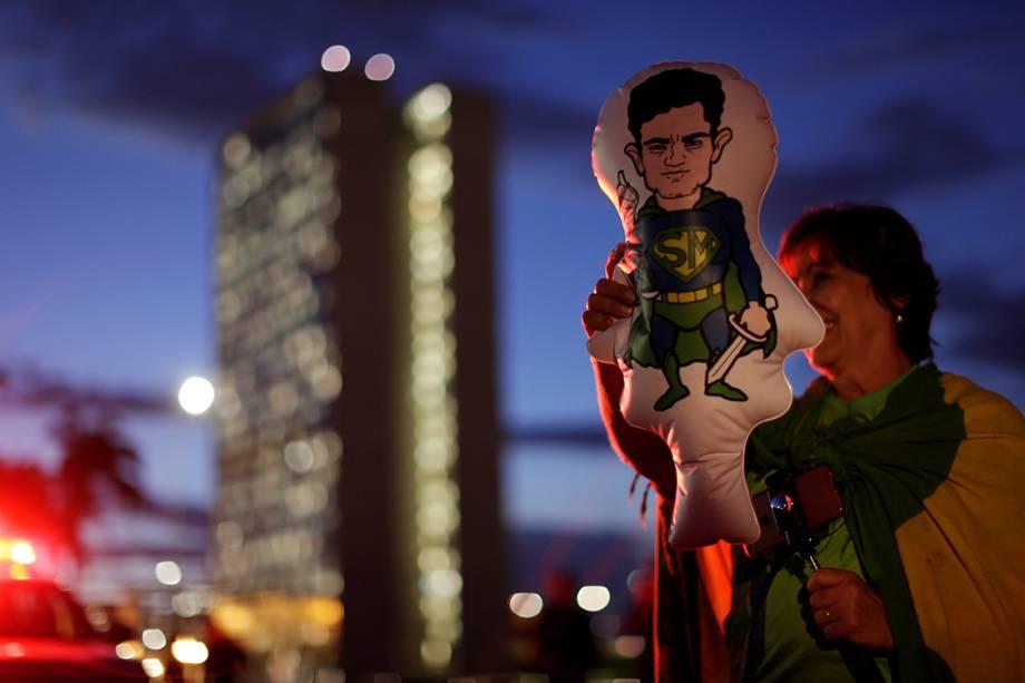 Manifestantes a favor da Lava Jato e contra as decisões do ministro Gilmar Mendes protestam com velas em frente ao STF, em Brasília