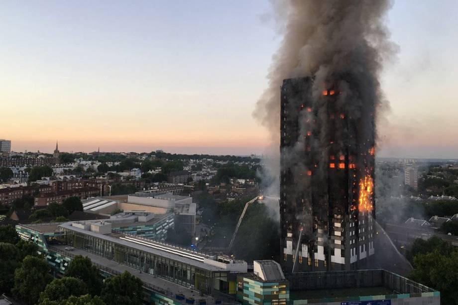 Incêndio de grandes proporções tomou por completo um prédio residencial na zona oeste de Londres, na Inglaterra - 14/06/2017