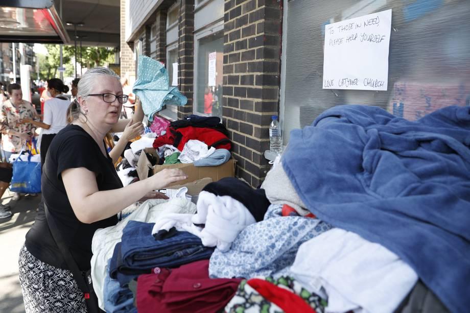 Pilhas de roupas que foram doadas por caridade às vítimas do incêndio em Londres, no Grenfell Tower - 14/06/2017