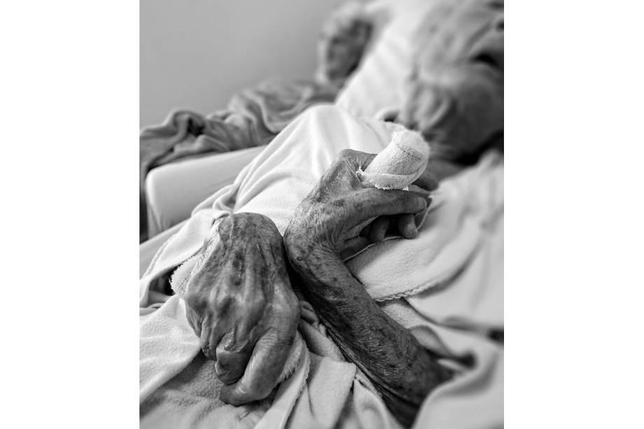 TEMPO LIGEIRO - Os cuidados com os idosos incapacitados vão ao extremo no hospital: coloca-se gaze nas mãos para evitar escaras