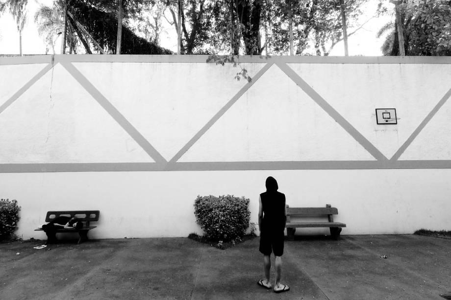 CONFINAMENTO - Na UTI psiquiátrica do Bairral os pacientes passeiam em pátios fechados com muros de 10 metros de altura