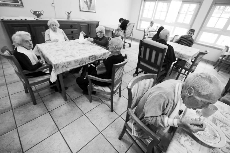 LIBERDADE - Às refeições, todos os pacientes usam facas – sem pontas. É permitido fumar – um maço por dia, no máximo