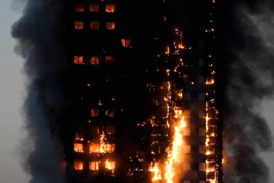 Incêndio de grandes proporções atinge um edifício em Latimer Road, oeste de Londres, na Inglaterra - 14/06/2017
