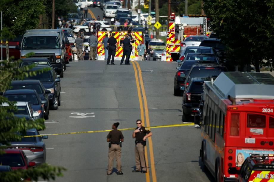 Policiais investigam o local de um ataque a tiros em Alexandria, na Virginia, próximo a Washington, onde um atirador abriu fogo contra membros do Partido Republicano, entre eles o deputado Steve Scalise - 14/06/2017