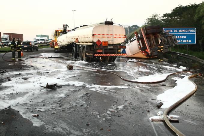 Acidente envolve carretas e para rodovia em São Paulo