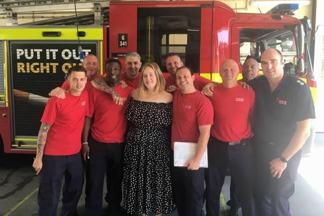 Adele visita bombeiros que lutaram contra incêndio na Grenfell Tower, em Londres