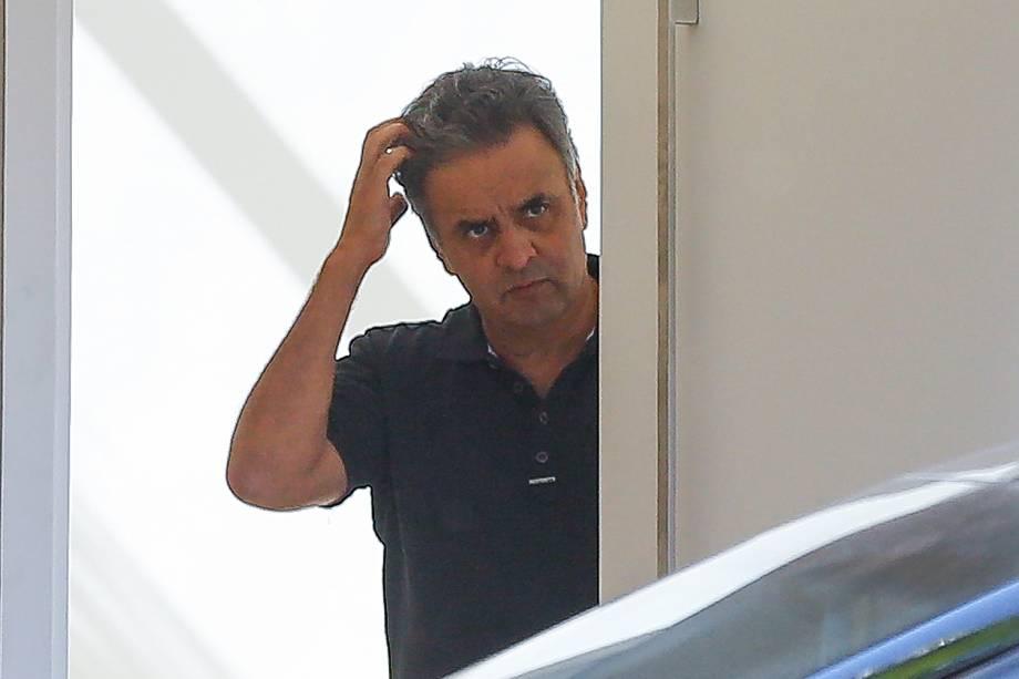 O senador afastado Aécio Neves (PSDB-MG) na porta de sua casa, em Brasília, no momento em que advogados deixam o local após uma visita - 14/06/2017