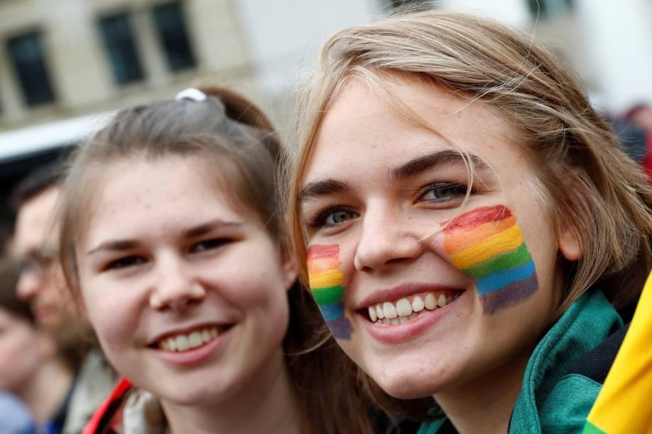 Casal homosexual posa para foto em frente aos portões do parlamento alemão de Bundestag, após a legalização do casamento entre pessoas do mesmo sexo.