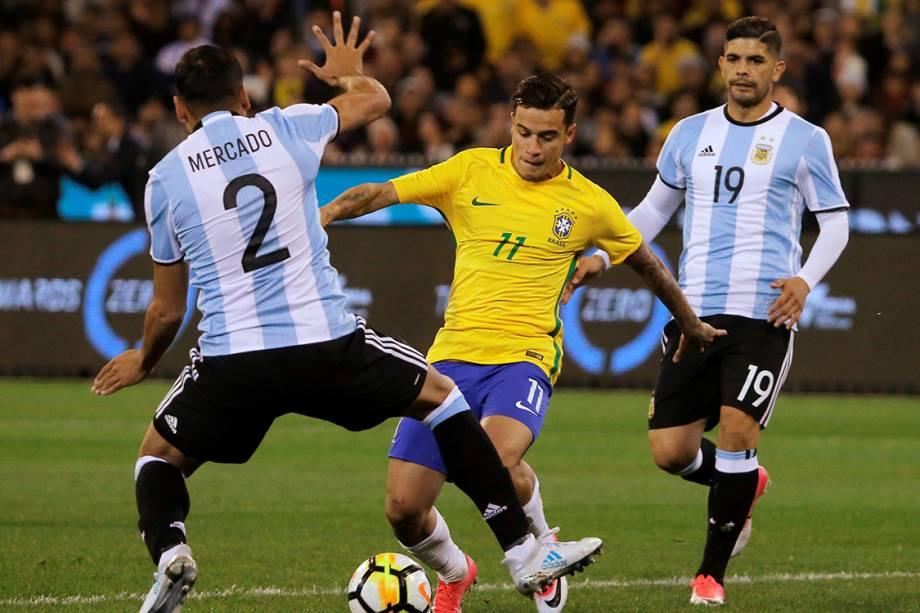 Philippe Coutinho disputa bola com Gabriel Mercado, da Argentina, durante amistoso entre as duas seleções em Melbourne, na Austrália - 09/06/2017