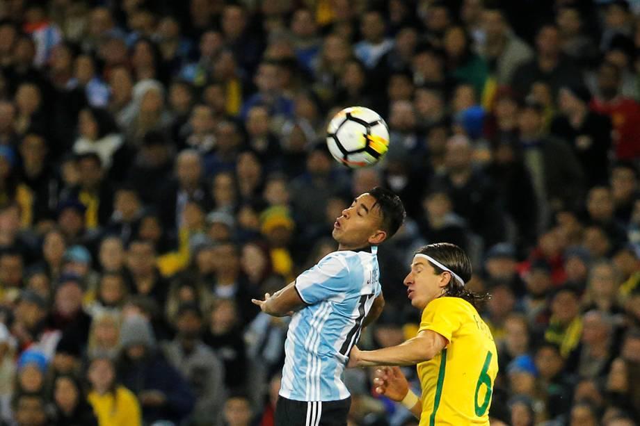 Argentino José Gomez Luis e brasileiro Filipe Luis disputam bola durante amistoso entre as seleções em Melbourne, na Austrália - 09/06/2017