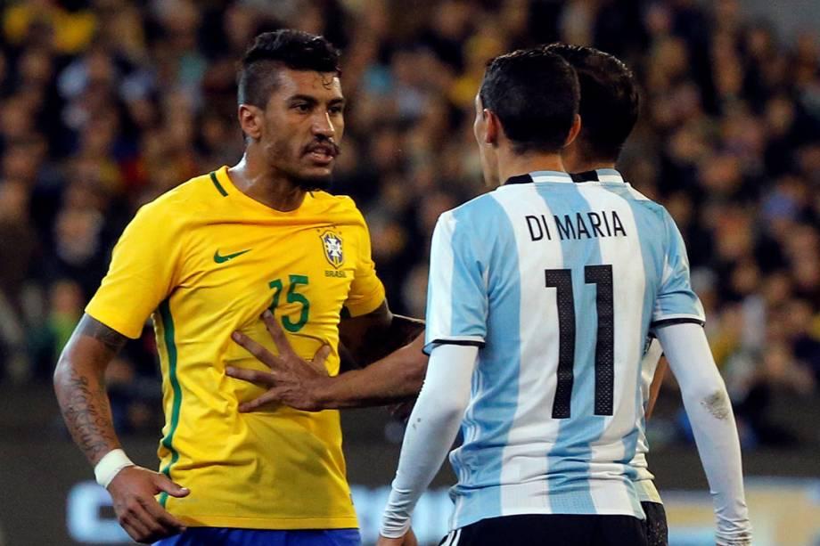 Paulinho e Di Maria se confrontam durante amistoso entre as seleções brasileira e argentina, em Melbourne, Austrália - 09/06/2017