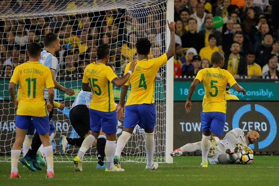 Goleiro Weverton defende cobrança de falta durante amistoso entre Brasil e Argentina - 09/06/2017
