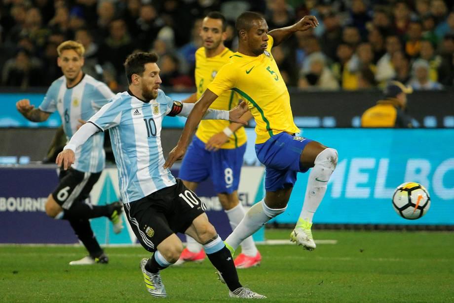 Lionel Messi, da Argentina, disputa bola com Fernandinho, durante amistoso em Melbourne, na Austrália - 09/06/2017
