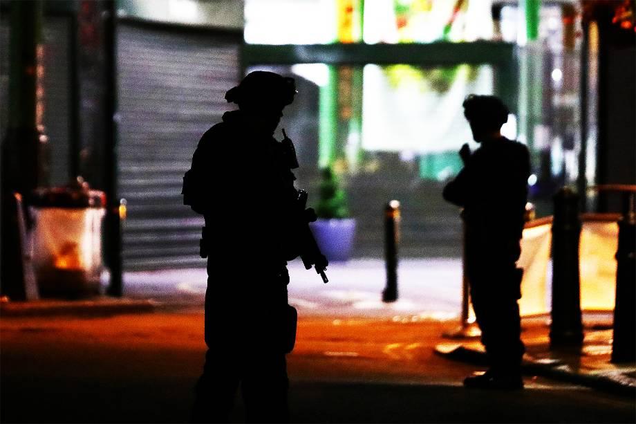 Policiais vigiam a região da London Bridge, após uma van atropelar pedestres em ponte de Londres - 04/06/207