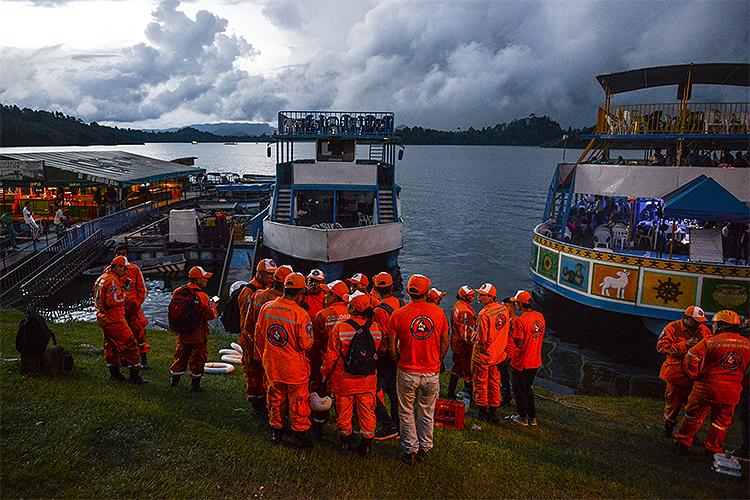 A represa Peñol-Guatapé recebe turistas colombianos nos fins de semana