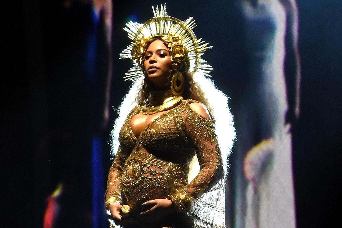 Beyoncé, durante sua apresentação no 59ª Grammy Awards em Los Angeles, Califórnia
