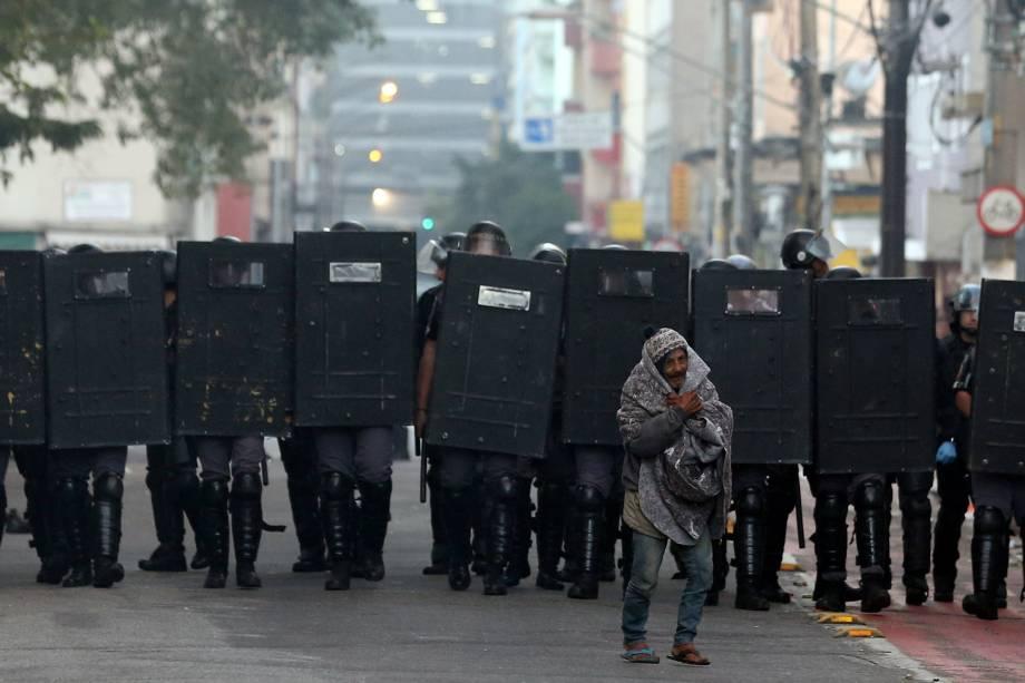 Usuários de crack carregam seus pertences durante operação policial na Cracolândia, no centro de São Paulo - 11/06/2017