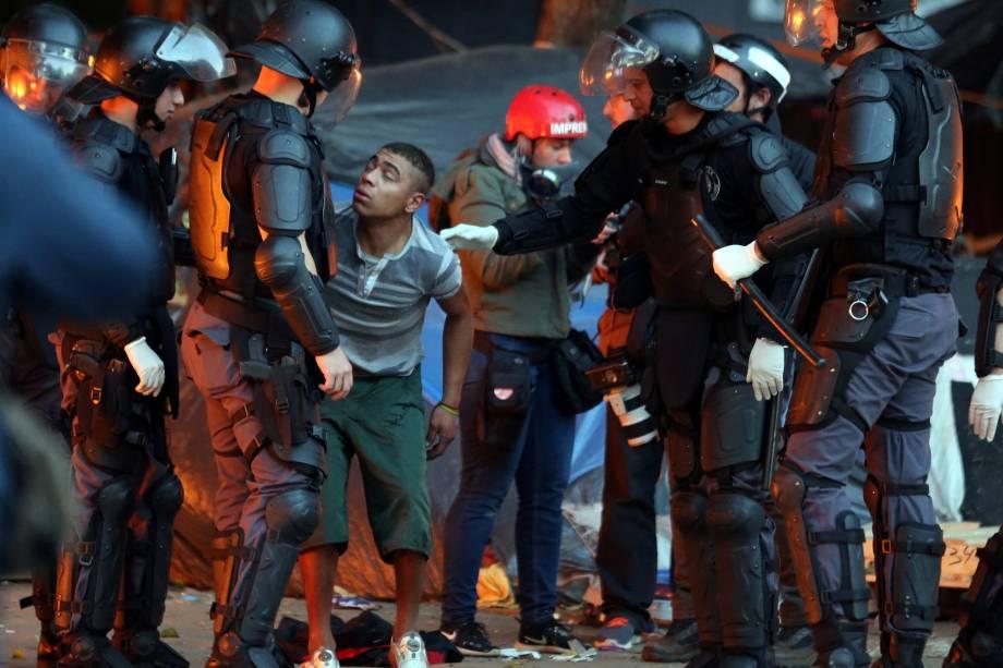 Polícia militar aborda usuários de crack durante operação na Cracolândia, no centro de São Paulo - 11/06/2017