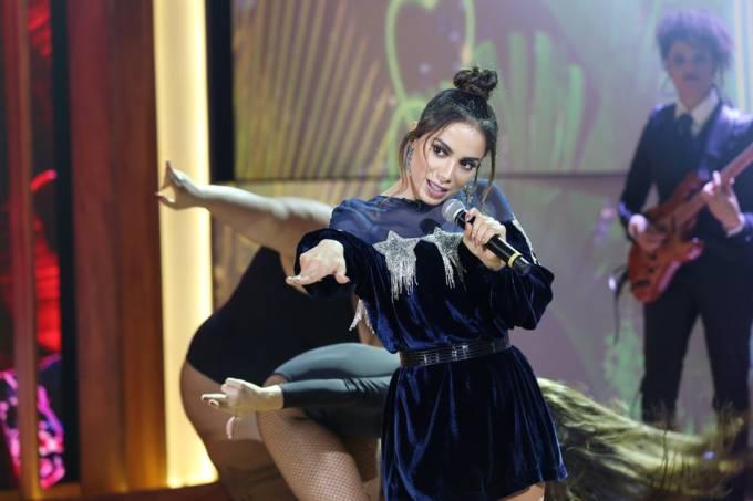 Anitta se apresenta no programa de Pedro Bial