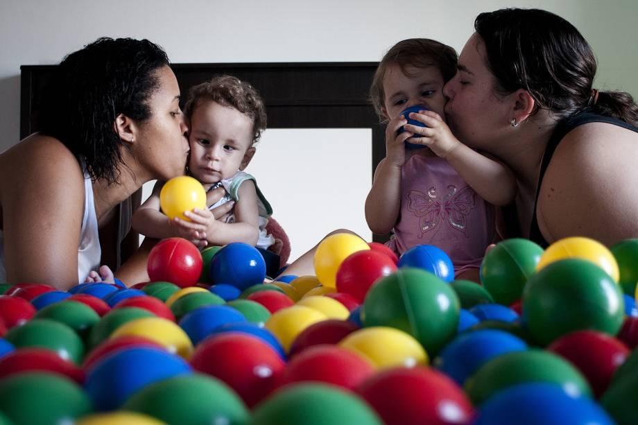 Adriana Tito Maciel (à esq.), e Munira Khalil El Ourra, posam para foto com o casal de gêmeos Eduardo Khalil Tito e Ana Luiza Khalil Tito, de 1 ano e 8 meses, em Carapicuíba (SP)