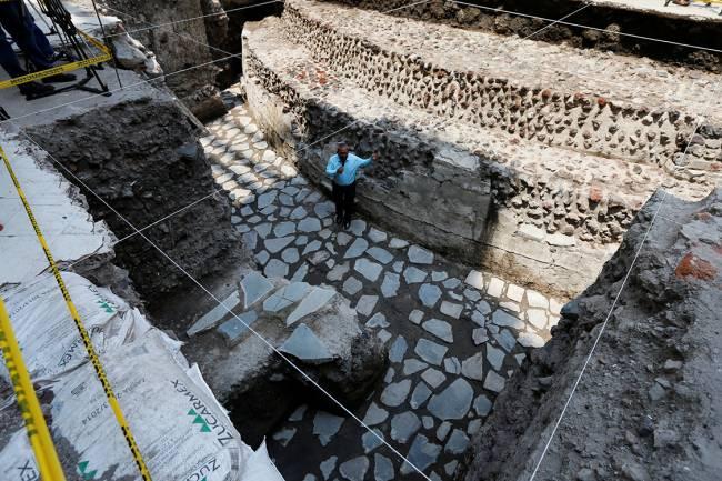Arqueólogos descobrem quadra de jogos e templo asteca no centro da Cidade do México
