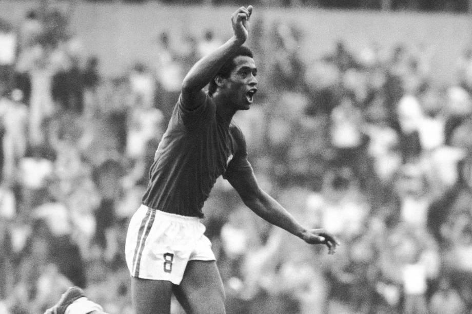 Enéas, jogador da Portuguesa em 1976