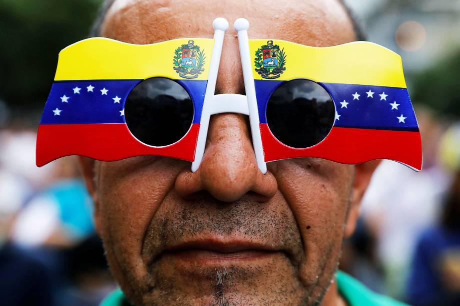 Um homem usa óculos com bandeira do país em novo protesto contra o presidente Nicolás Maduro, em Caracas, na Venezuela - 07/06/2017