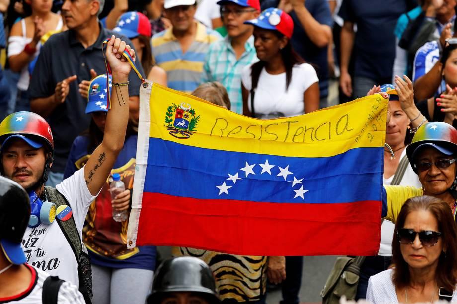 Uma bandeira da Venezuela é mostrada durante um novo protesto contra o presidente Nicolás Maduro, em Caracas - 07/06/2017