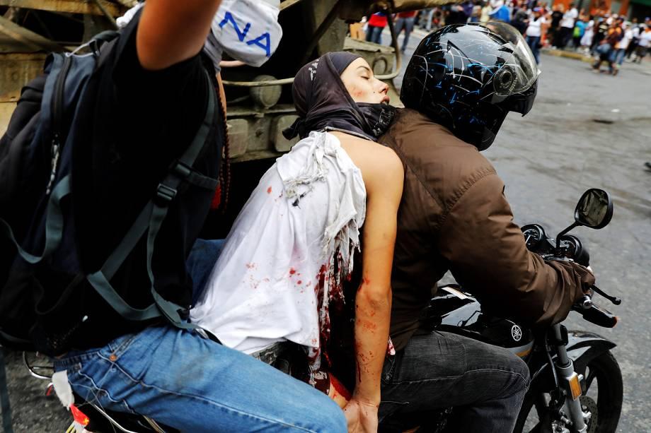 Jovem é ferido durante um novo protesto contra o presidente Nicolás Maduro, em Caracas, na Venezuela - 07/06/2017