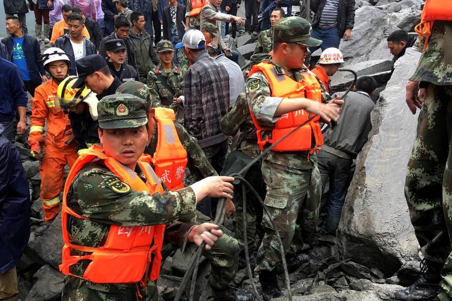 Um deslizamento de terra deixou pelo menos 120 pessoas desaparecidas, na província de Sichuan (China) - 24/06/2017