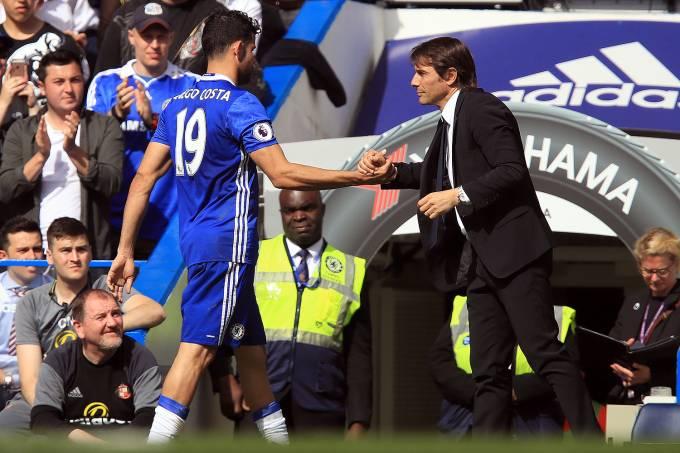 Diego Costa com o técnico Antonio Conte, no Chelsea