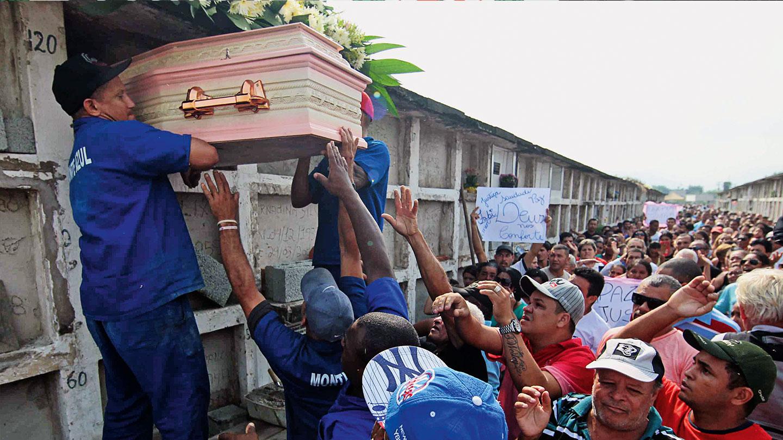 GAVETA G-119 – O sepultamento de Fabiane, no cemitério Jardim da Paz, que teve ampla cobertura da imprensa